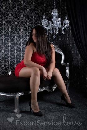Sexy brunette escort dame Lucy